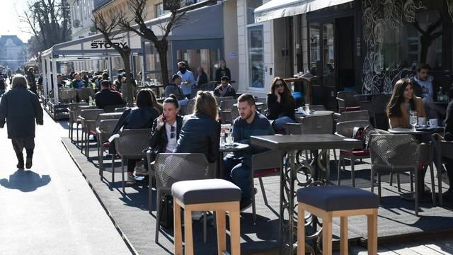 Građani u Bjelovaru napunili terase kafića