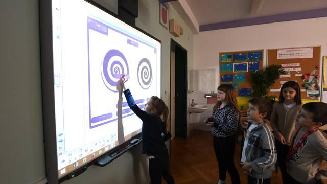 Tehnologija:   U našoj školi svi razredi imaju pametne ploče...