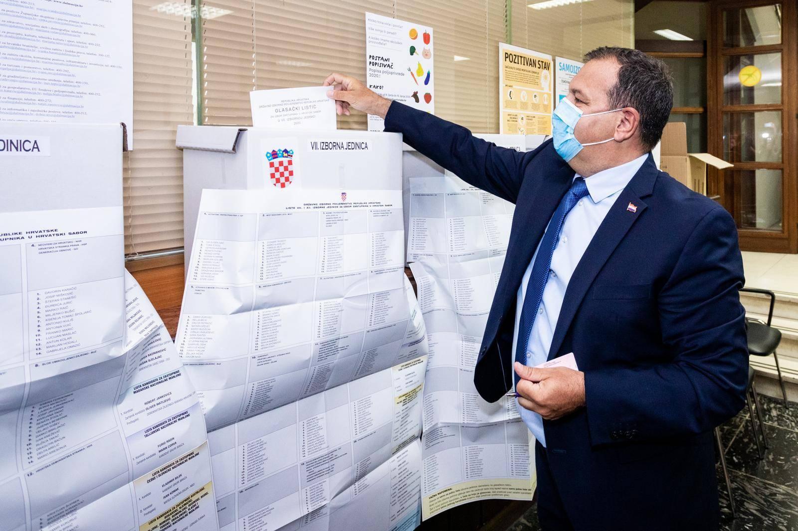 Ministar zdravstva Vili Beroš glasovao na glasačkom mjestu u Splitu
