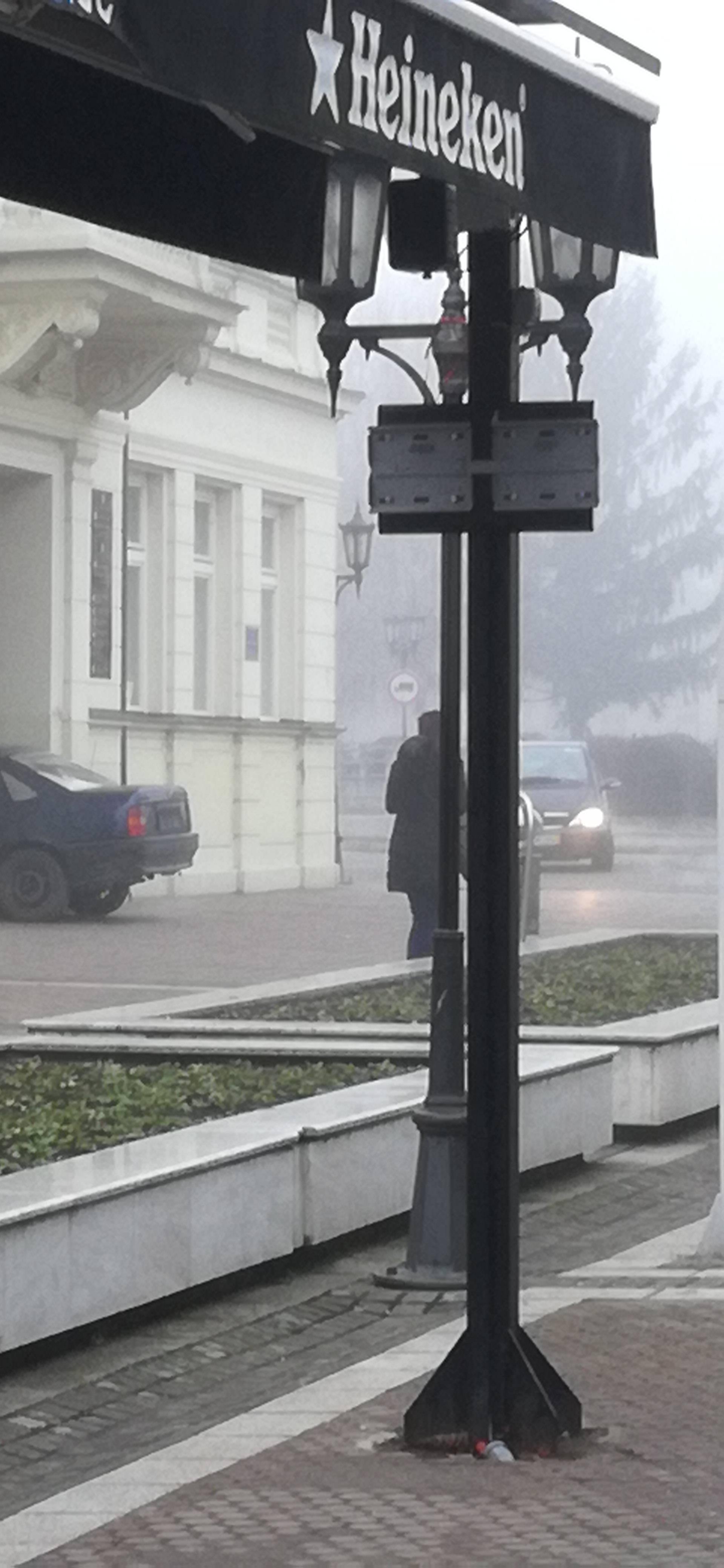 Kaos u Đakovu: Uletio autom u zgradu uprave i prijetio nožem