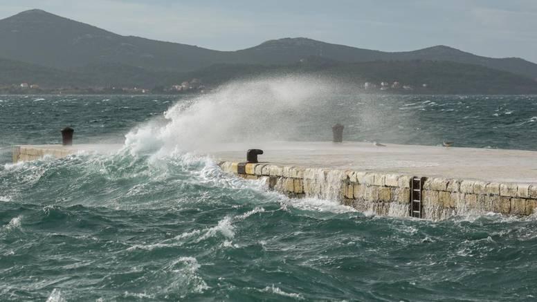 Na moru prijeti orkansko jugo: 'Rive će poplaviti, drveće pasti'