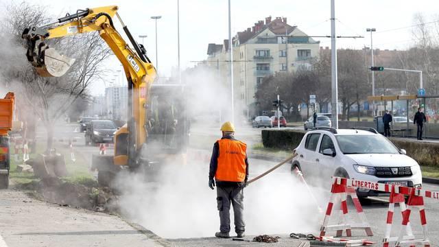 U oblacima pare radnici pokušavaju sanirati puknuce vrelovoda na Horvaćanskoj