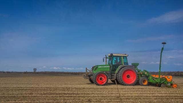 Poljoprivrednici na baranjskom području obrađuju zemlju