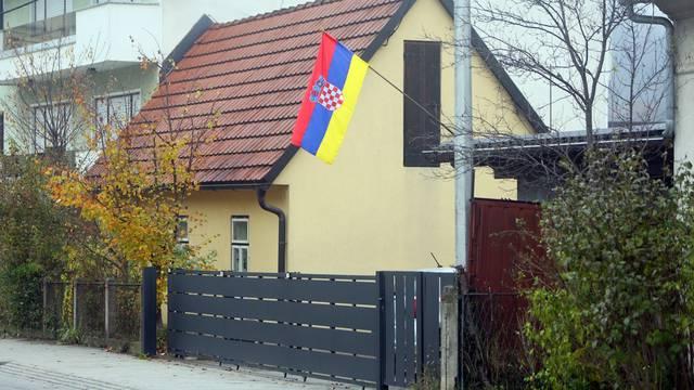 Duga Resa: U dvorištu kuće postavljena zastava s hrvatskim grbom i neobičnim bojama