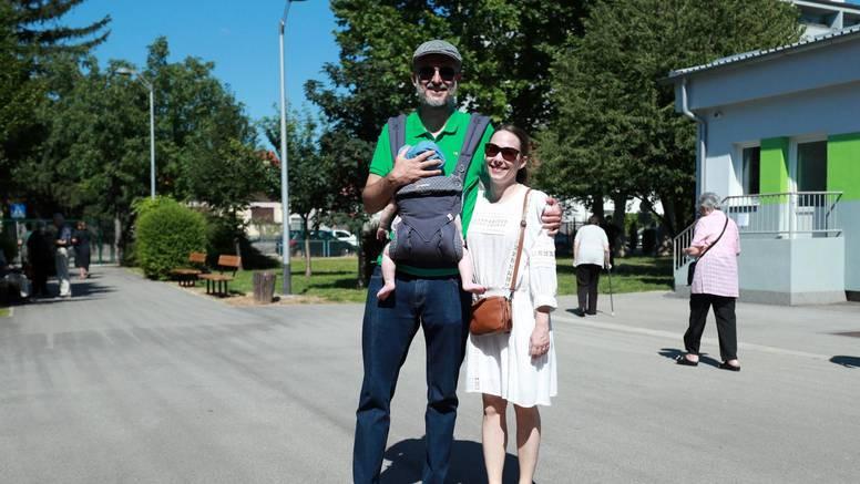 Zagreb: Bračni par Raspudić  na biralištu s bebom i bez maski