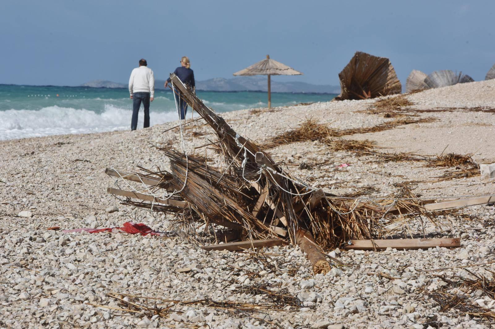 Nevrijeme koje je sinoć zahvatilo Primošten uništilo plažu