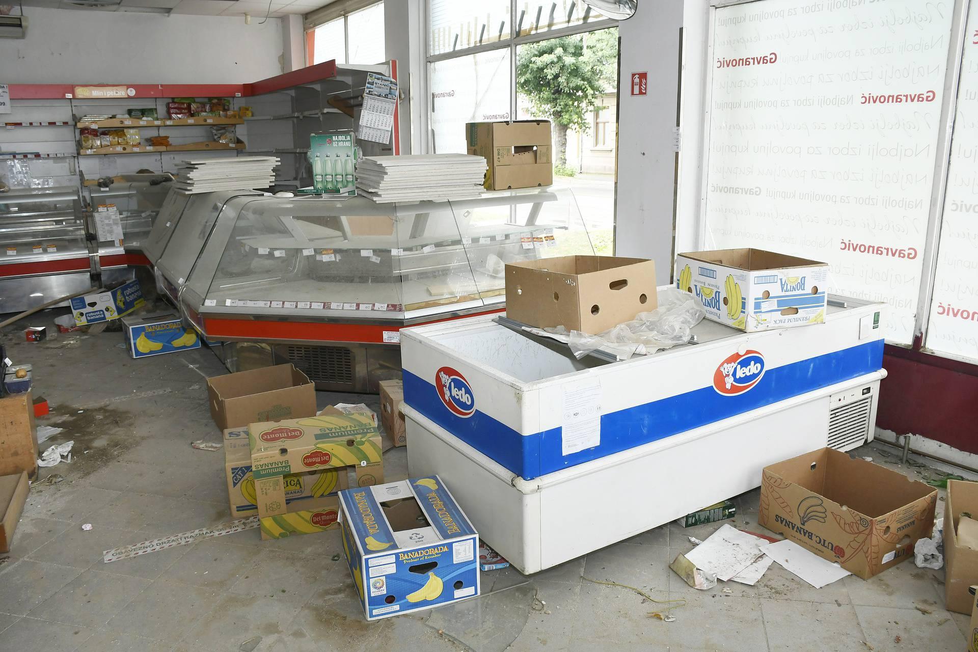 Petrinja 6 mjeseci od potresa: Auto pod ciglama, pokvareni proizvodi  na policama trgovine