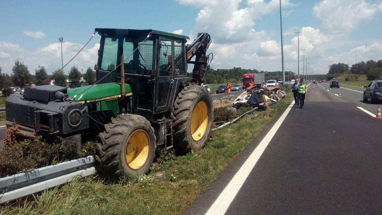 Horor na autocesti: Zapeo je pa je preko njega prešao traktor