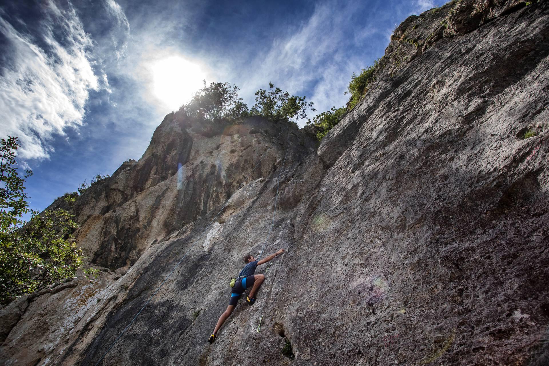 Sportsko penjanje na stijenama penjališta Portafortuna u Baškoj na otoku Krku