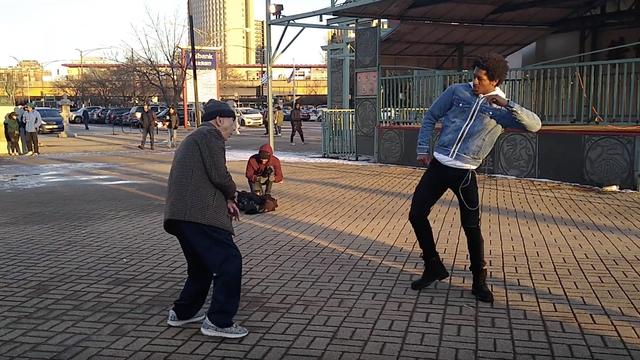 Djedica (92) nasred gradskog trga izazvao plesača na dvoboj