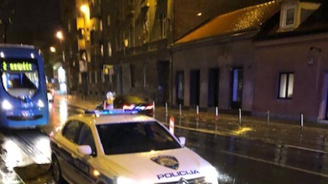 Zagreb: Vjetar srušio znakove, policijski auto upao u tračnice