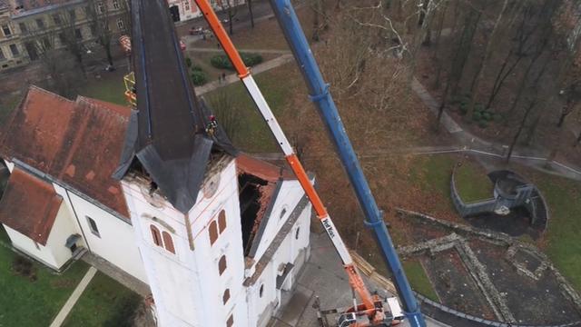 Pogledajte kako su skinuli vrh katedrale u Sisku nakon potresa