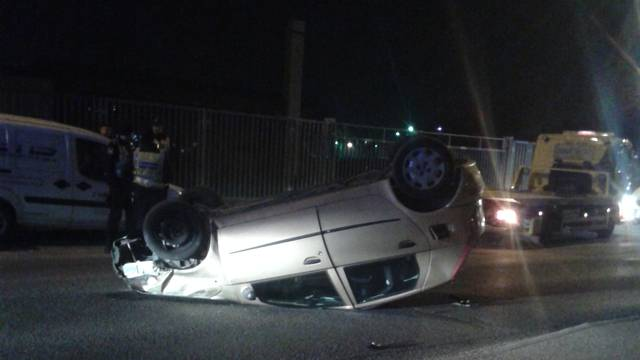 Puntom udarila u parkirani auto, pa se prevrnula na krov