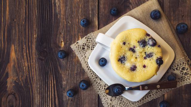 Brzi i fini muffini s borovnicama