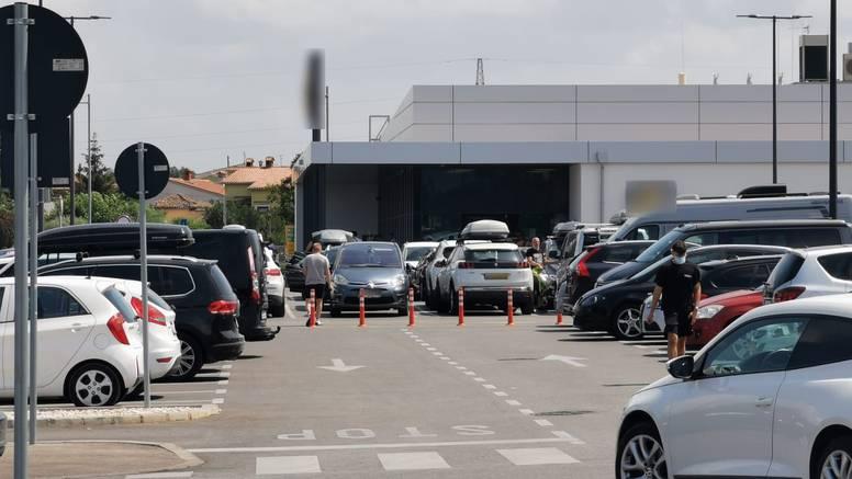Njemački par ostavio curice u autu sat vremena dok su oni šopingirali: Završile u bolnici