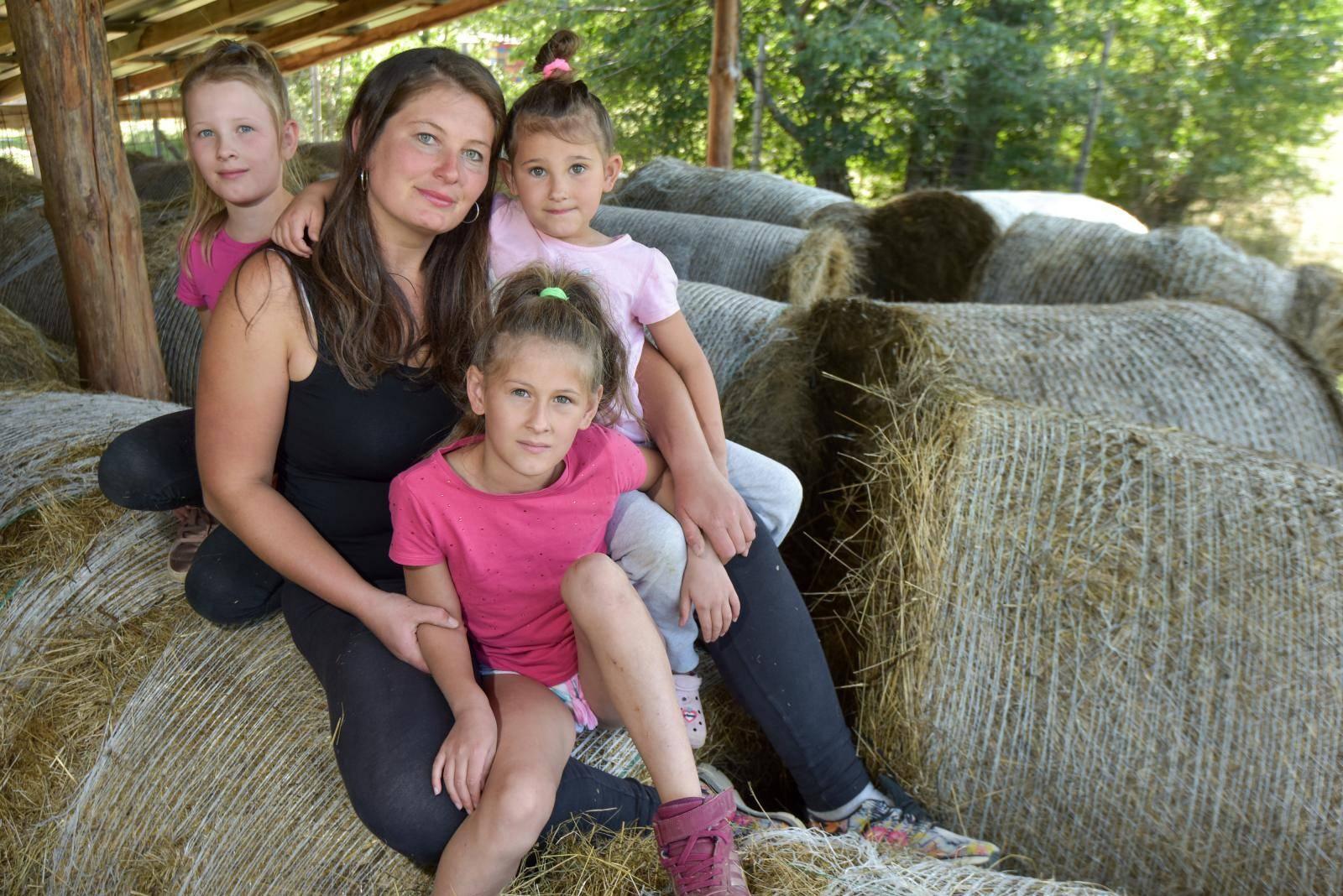Sama brine o 4 kćeri, 8 ovaca, 40 krava, bori se s vukovima...