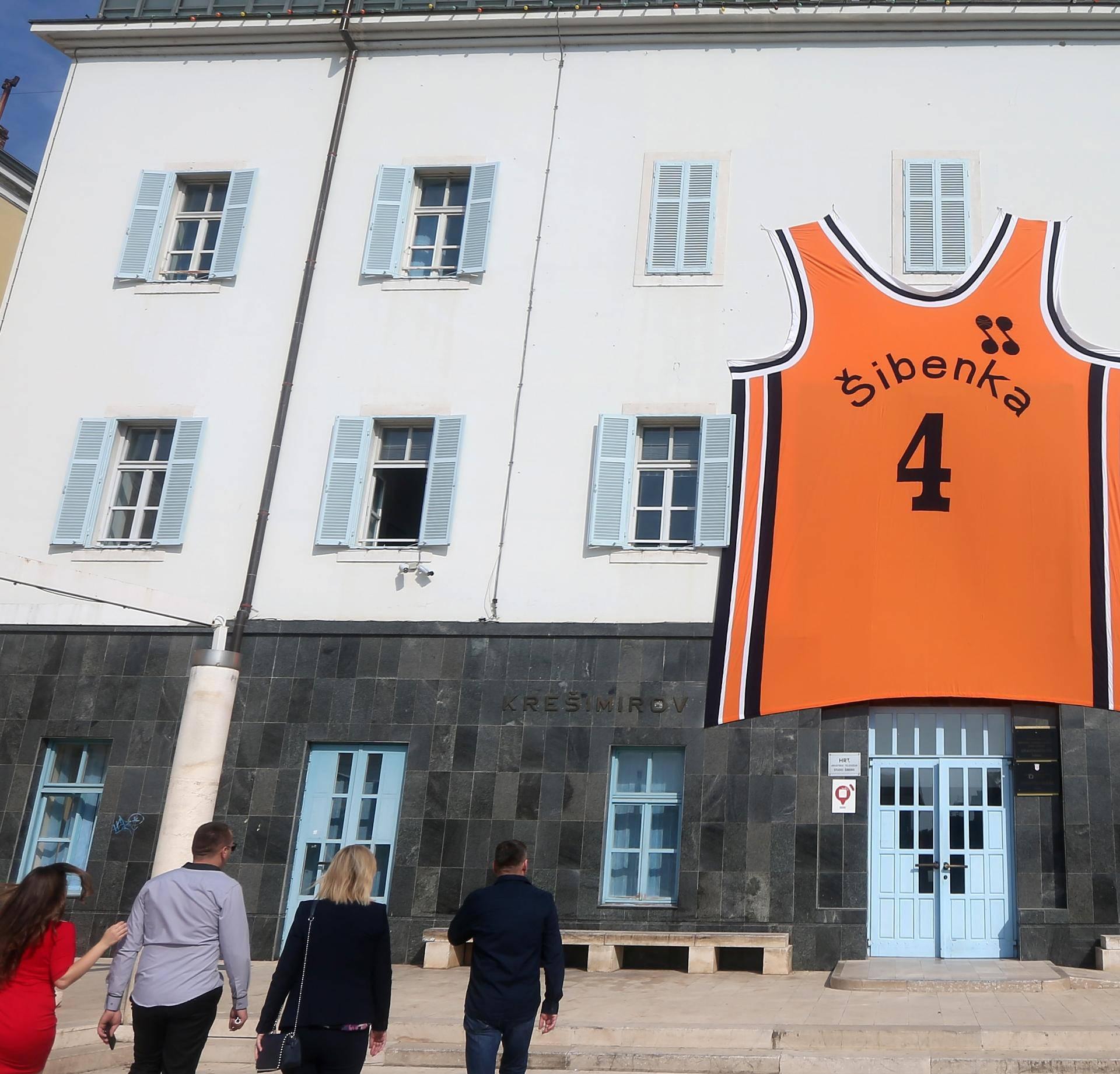 Povodom rođendana Dražena Petrovića na zgradu gradske uprave postaljen njegov veliki dres