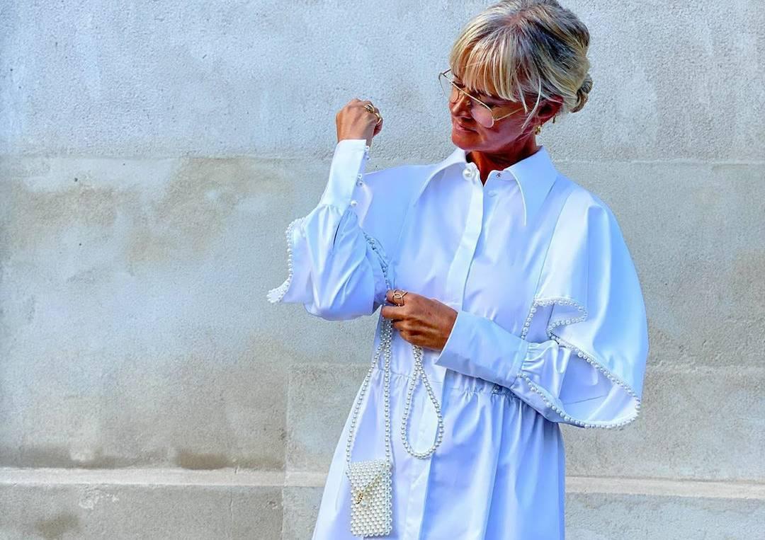 Komotna bijela haljina posuta biserima za ležeran dan u gradu