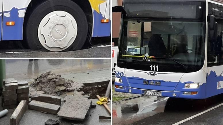 VIDEO U Osijeku bus pao u rupu