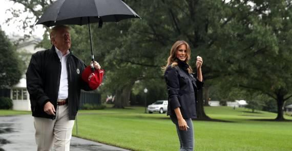 Kakav 'kavalir': Melania kisne, a Trump stoji pod kišobranom