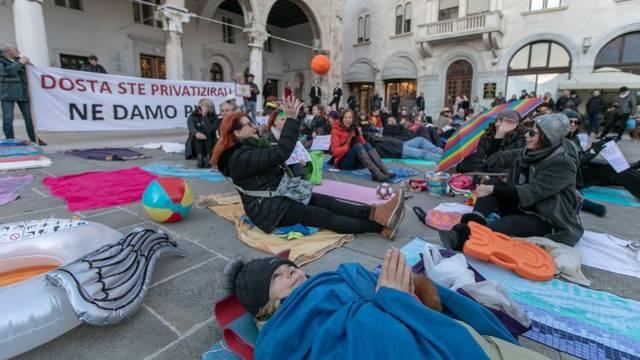 Pula: Prosvjed ručnicima protiv koncesije na gradske plaže