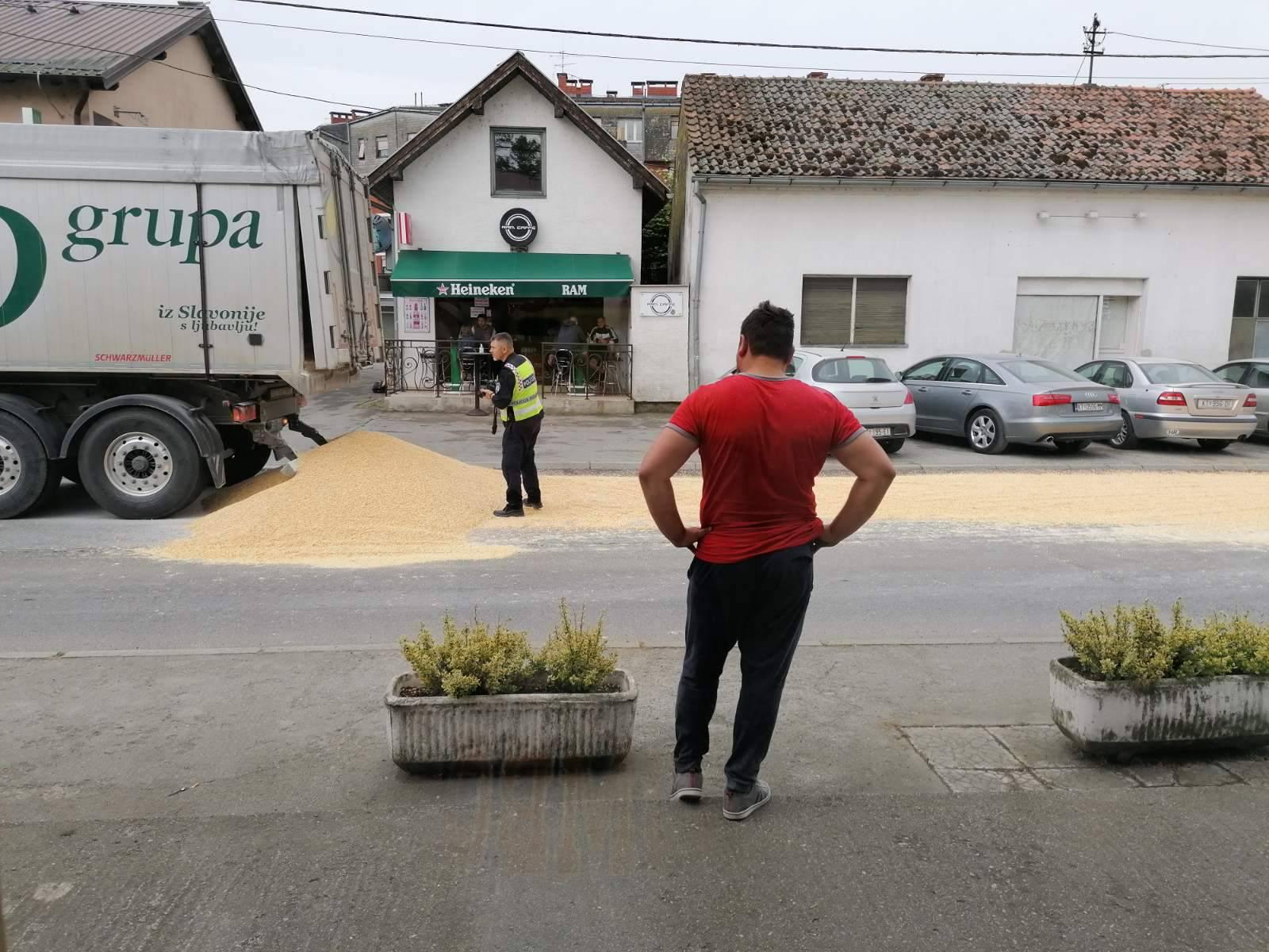 Video iz Kutine: Usred vožnje vrata kamiona su se otvorila