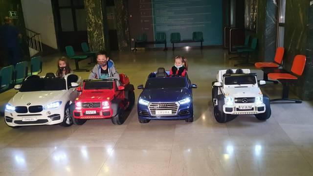 Djeca iz KBC-a Zagreb dobila nove električne autiće. Mali pacijenti će ih voziti na pretrage