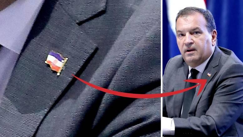Ups, Beroš na presici naopako okrenuo značku: Ministre, pa ne ide plavo, bijelo, crveno...