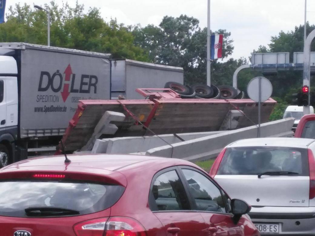 Prometni kolaps u Zagrebu: Na Slavonskoj se prevrnuo šleper