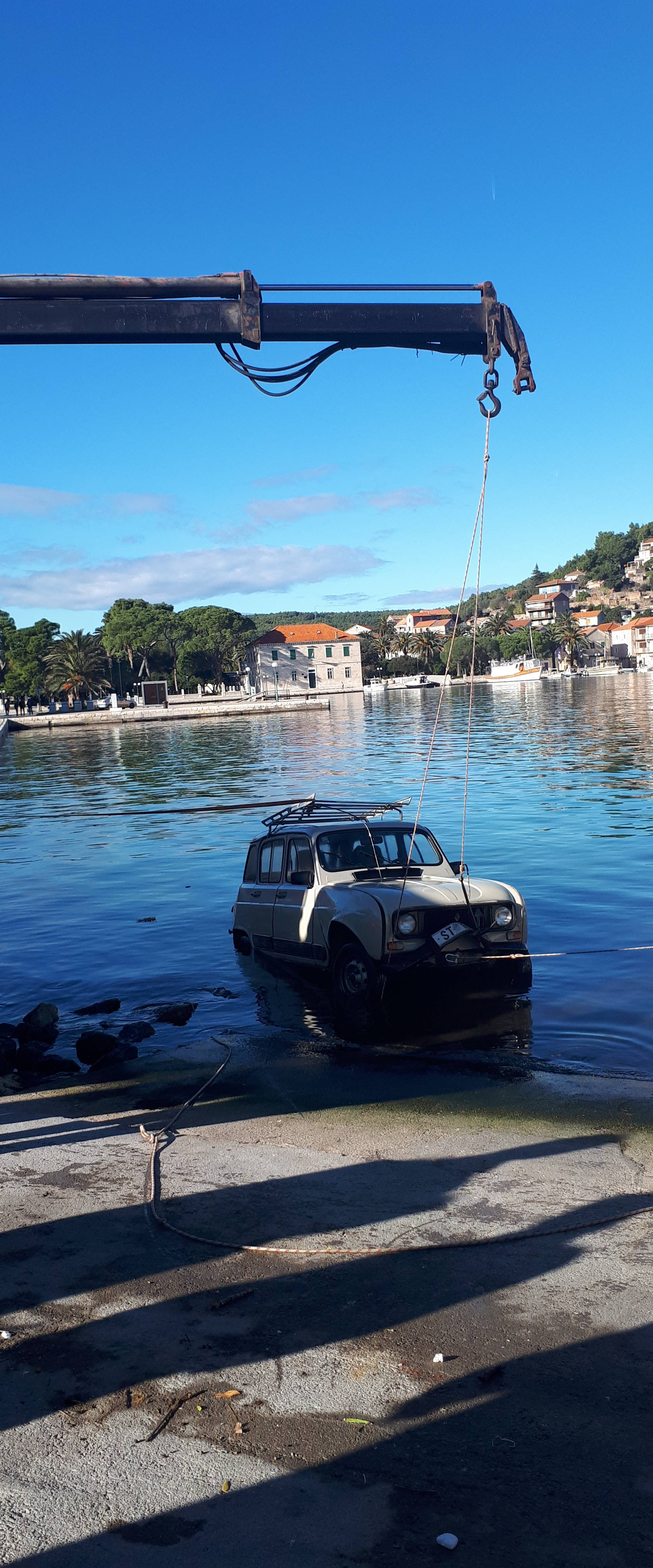 Zaboravio je povući kočnicu, otišao je na kavu, auto u more