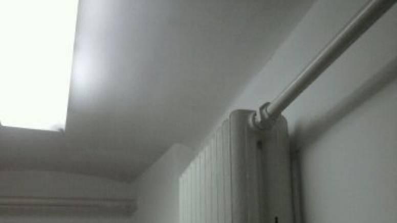Štede prostor, pa su radijator postavili gore, visoko na zidu