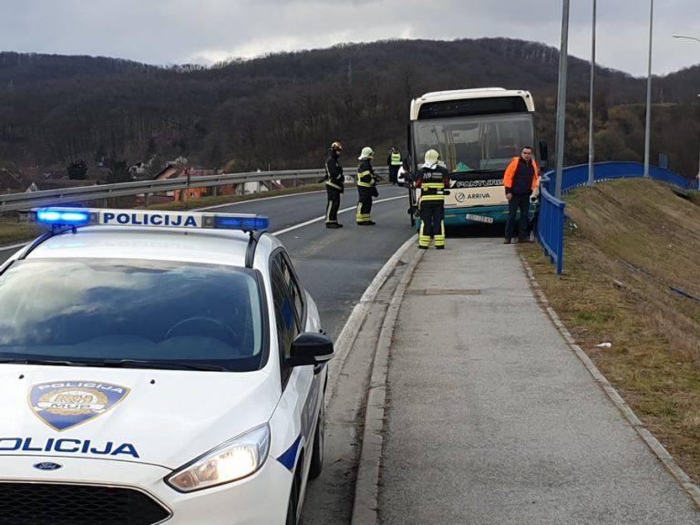 Pozlilo vozaču školskog busa: Zabili se u ogradu, u bolnici je