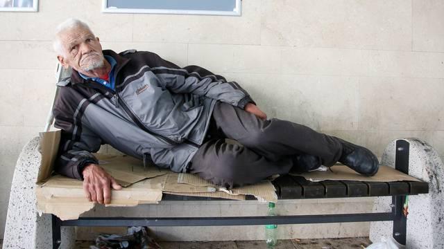 Preminuo je beskućnik Dušan: Imao je samo hladnu klupu na kolodvoru, spavao je na kiši