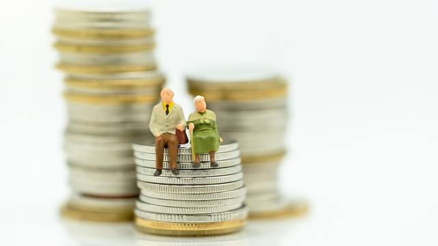 Miniature people: Happy old people standing on coins stack, Reti