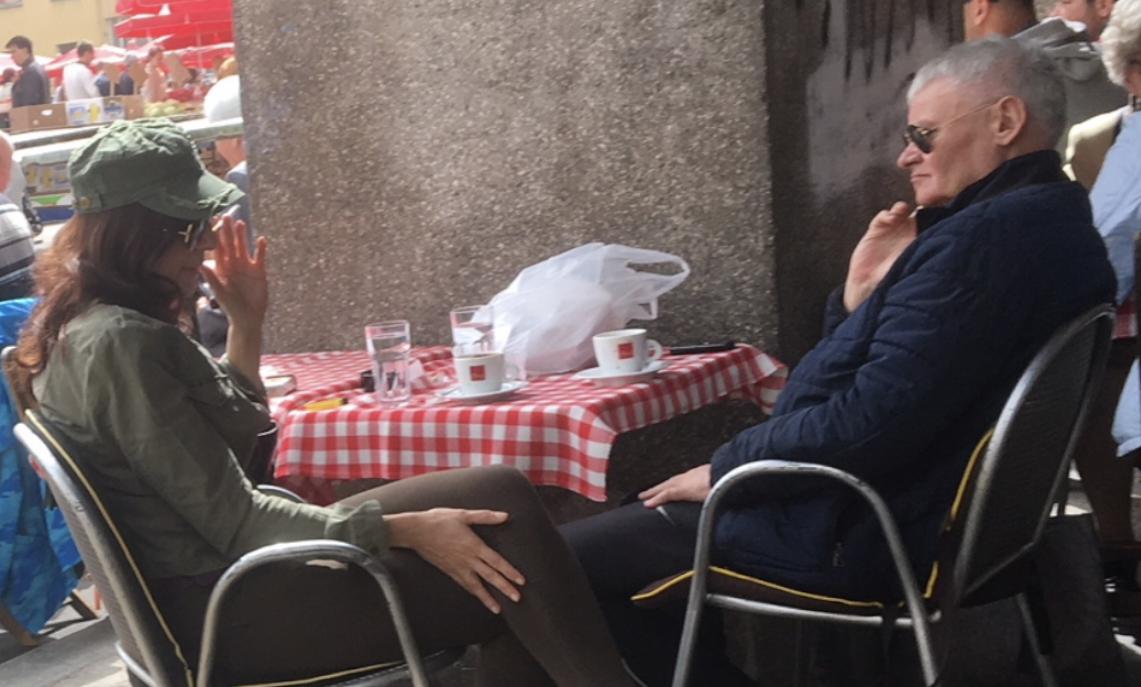 Ivo Gregurević ljubi policajku: Ispijaju kave i miluje joj kosu