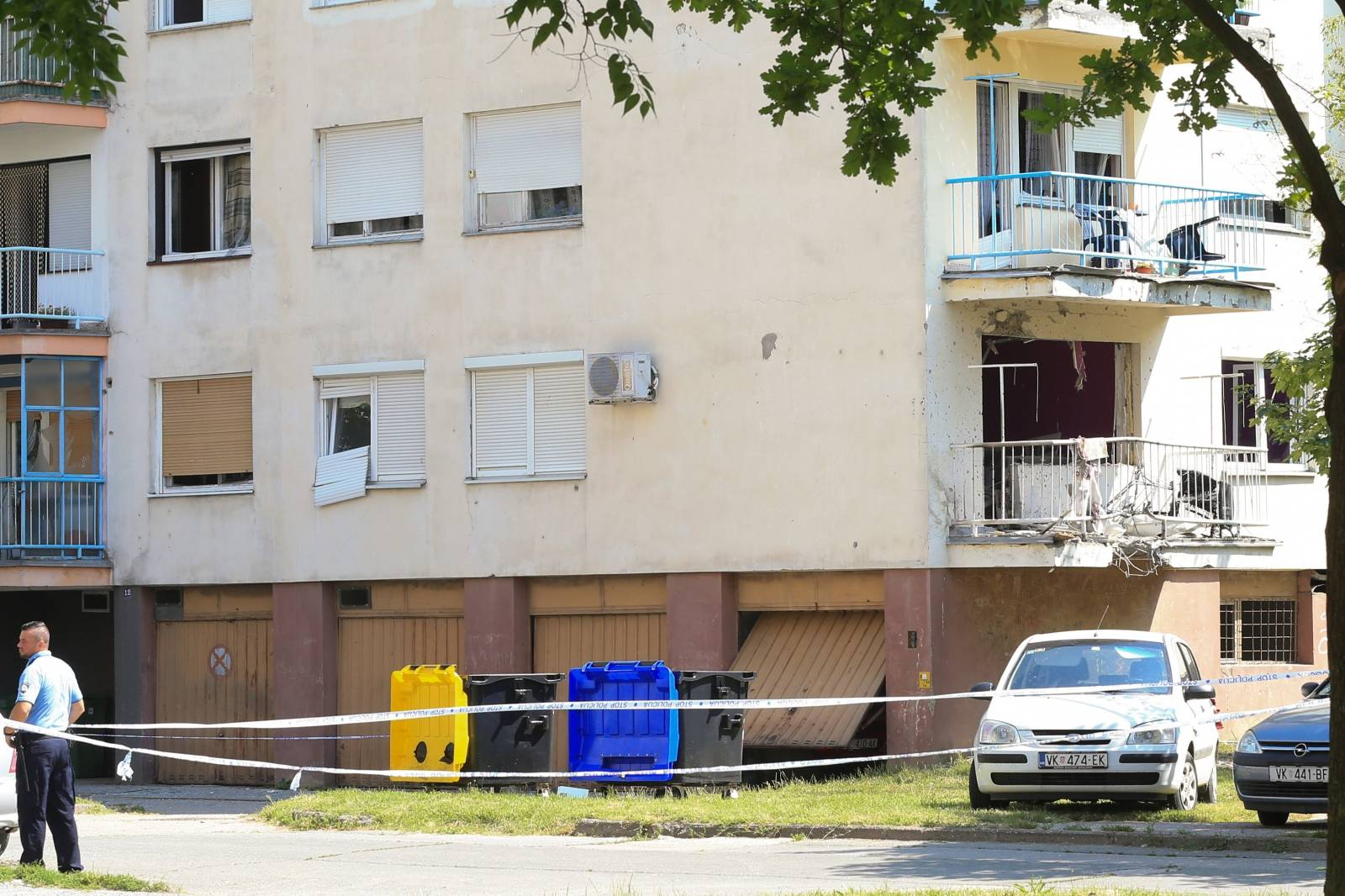 Vinkovci: Policijski očevid nakon snažne detonacije ispod balkona stambene zgrade