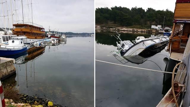Katamaran potonuo u blizini šibenske luke, postavljaju se brane: 'Vlasnik tu drži olupine'