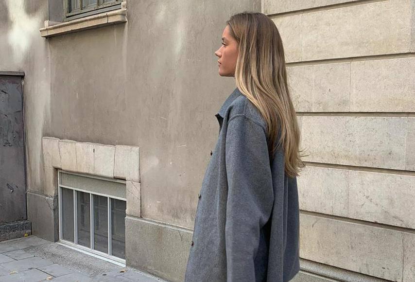 Hibrid jakne i košulje sivog tona idealan je za prohladna jutra