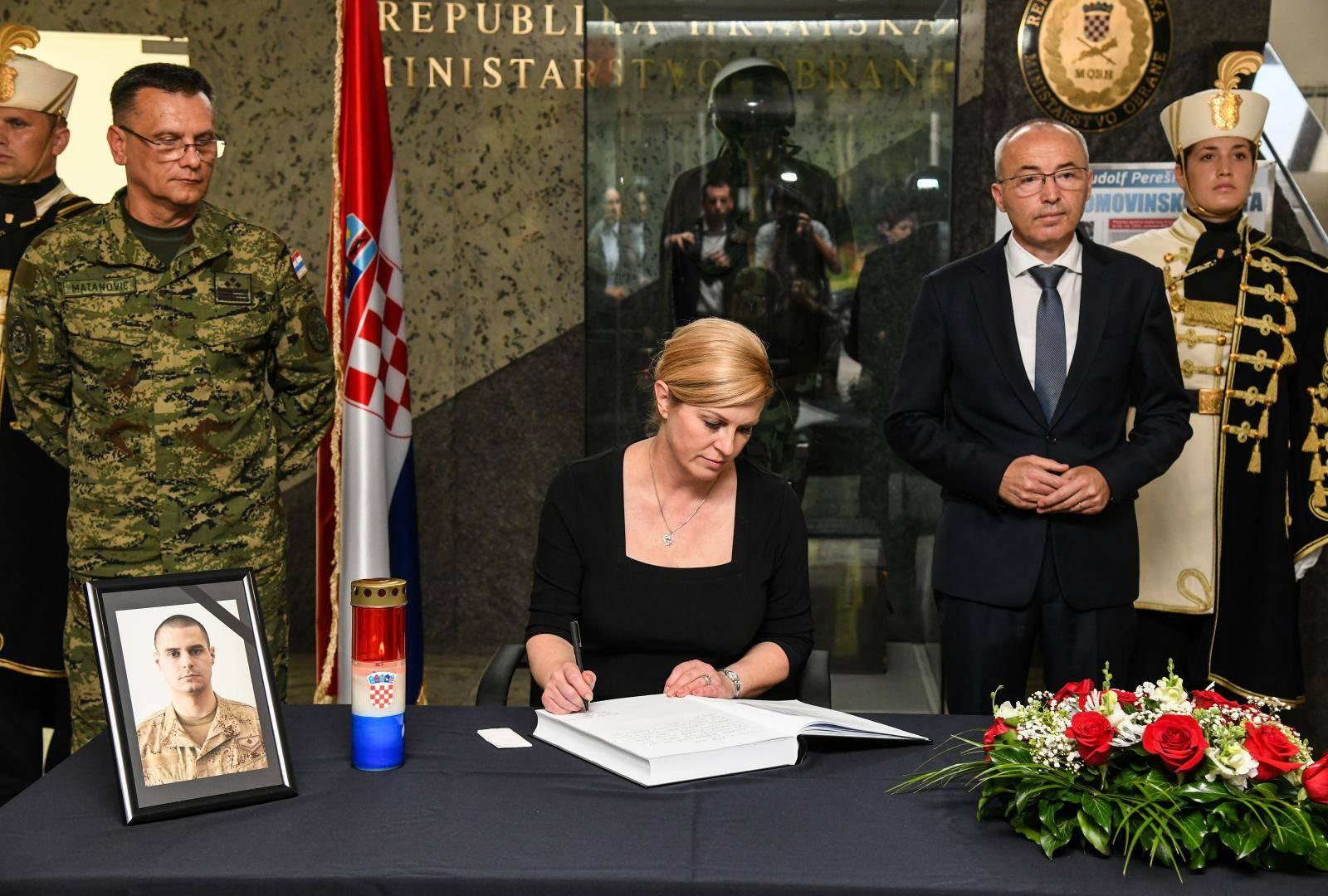Grabar Kitarović upisala se u knjigu žalosti za vojnika Josipa