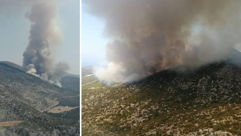 Veliki požar na Biokovu: Uz šest aviona s buktinjom se bore i sve dostupne snage iz Makarske