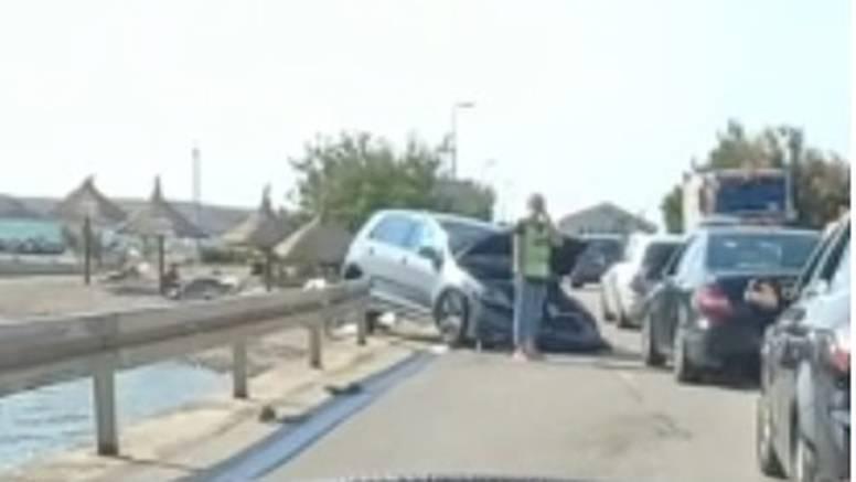 Na Pagu se sudarilo više vozila, jedan auto je završio na krovu