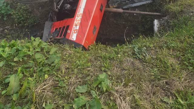 Slatina: Traktor je pao u kanal