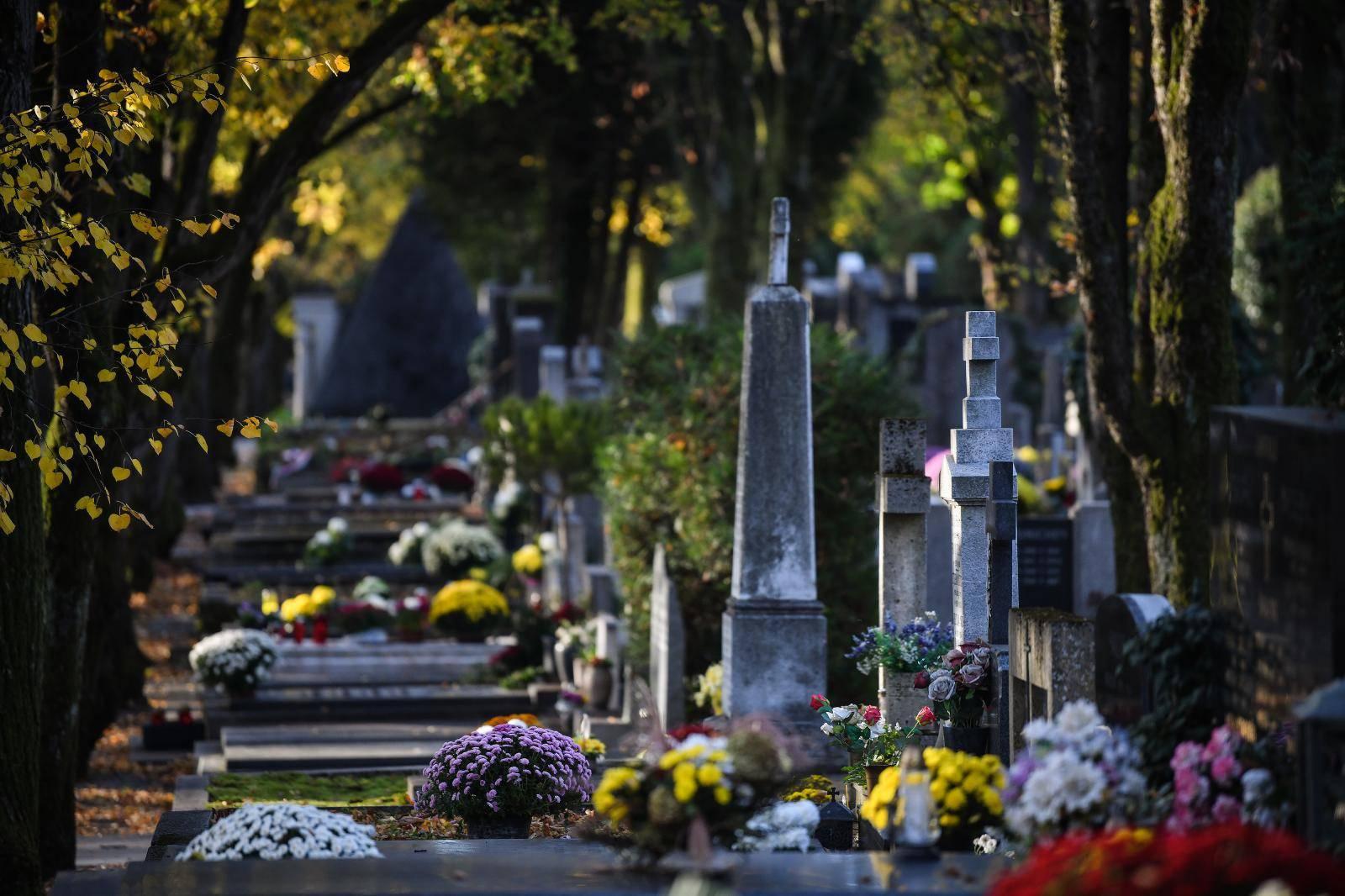 Zagreb: Povodom blagdana Svih svetih građani uredili grobove svojih najmilijih na Mirogoju