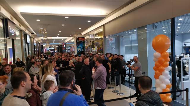 Gužva u Arena Centru: Kupci se gurali zbog gratis mobitela