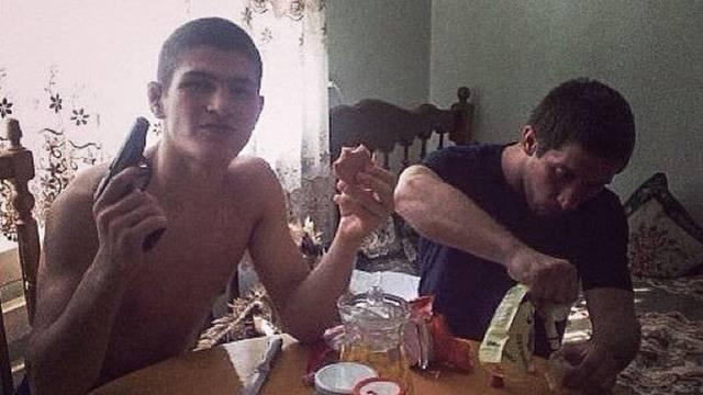 Khabibov šampionski doručak: Malo kruha, salame i  - pištolj!