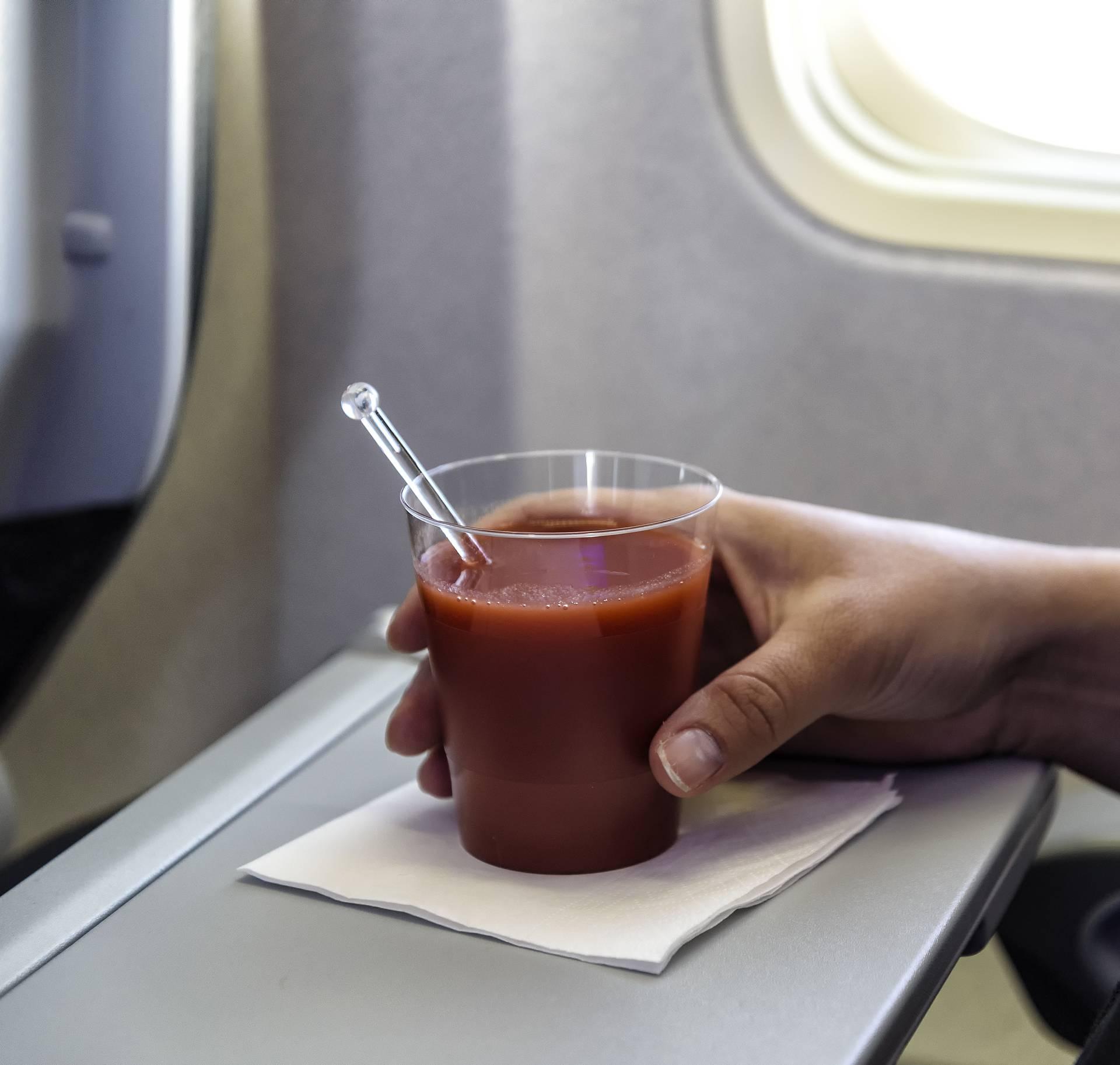 Znate li zašto se u zrakoplovu popije puno soka od rajčice?