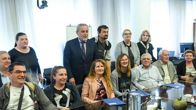 Zagreb: Bandić dodijelio ključeve stanova 9 obitelji kojima je dom uništen u potresu