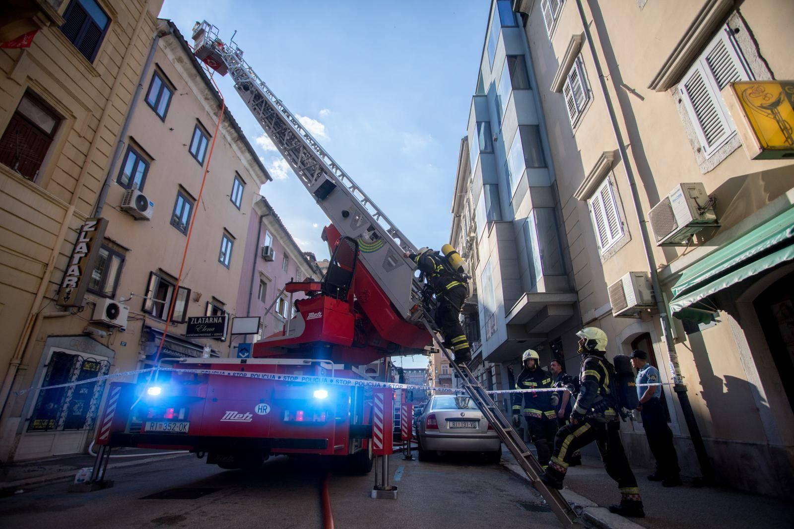 Rijeka: POžar na krovištu zgrade u centru grada