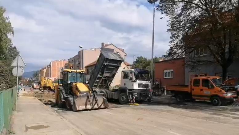 Dio Selske ceste zatvoren za promet, radnici krpaju cestu nakon puknuća cijevi