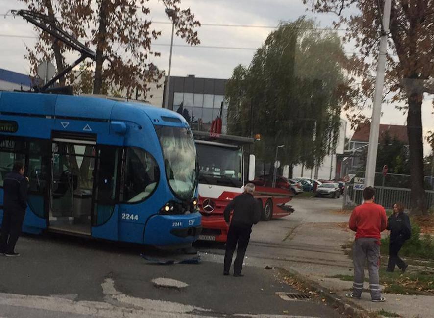 Izbacio ga iz tračnica: Kamion se zabio u tramvaj na Žitnjaku